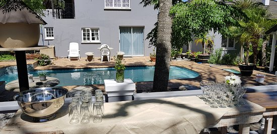 George Lodge International: Lovely swimming pool and braai area - crockery, cutlery and utensils availabe from reception