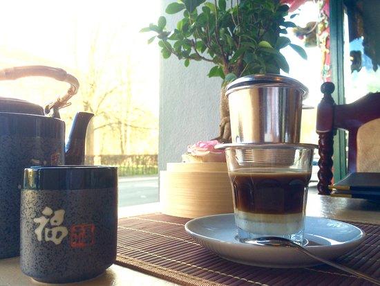 Zum Abklingen: Warmer Tee oder Original Vietnamesischer Kaffee