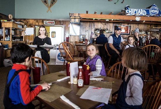 Acorn Pub & Eatery: Kids patiently waiting for their food ROOST