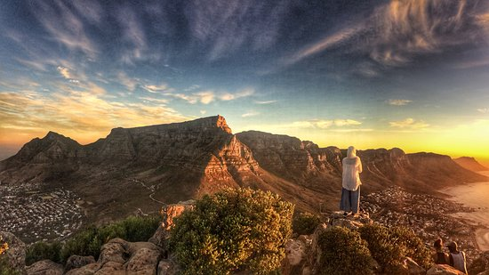 Cape Town, Güney Afrika: Looking over Table Mountain from Lions Head at Sunset
