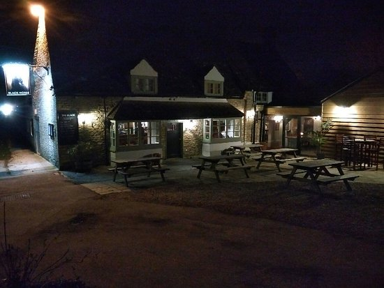 Standlake, UK: The outside of the pub by moonlight