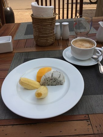 Apsara Centrepole Hotel: Fresh fruit breakfast plate