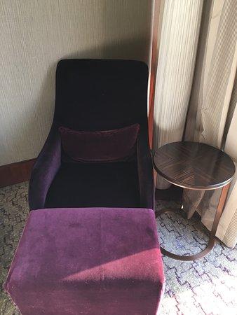 Confortable sillón y mesa al lado
