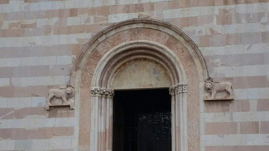 Basilica di Santa Chiara: Ingresso principale
