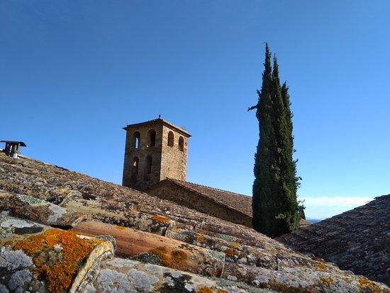 Camos, Spanje: Vue du clocher de l'église attenante depuis le balcon