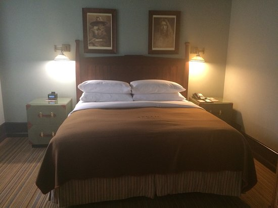 The Arctic Club Seattle - a DoubleTree by Hilton Hotel: Super comfy bed and loved the nightstand