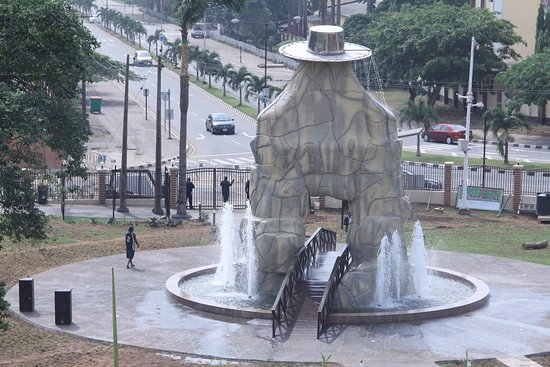 Ikeja, ไนจีเรีย: Eyo statue flanked with water fountain