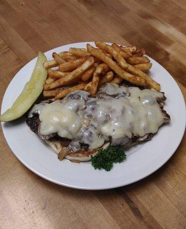 Aiken, Güney Carolina: Open face Beef tenderloin with mushrooms, onions, and Swiss