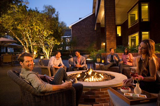 Menlo Park, Kalifornien: Two fire pits to enjoy a cocktail or glass of wine alfresco
