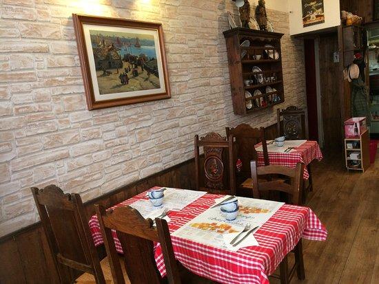 Crêperie Au Vieux Vannes : Petit intérieur chaleureux