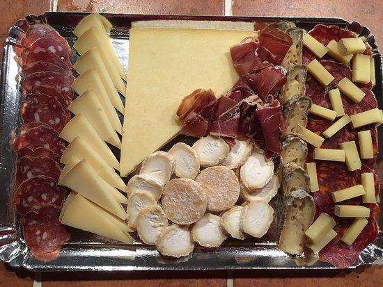 Castelnaudary, Frankrike: plateau fromage et charcuterie
