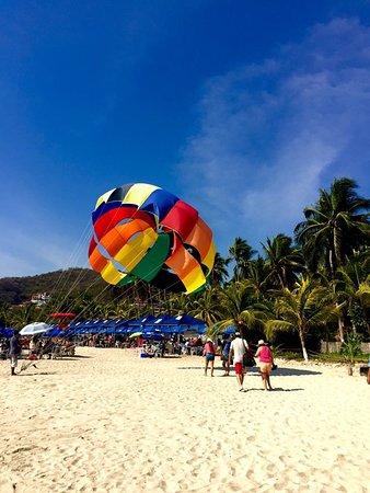 Ixtapa Palace Resort & Spa: Playa las gatas, muy cerca del hotel con increíbles actividades de deportes extremos.