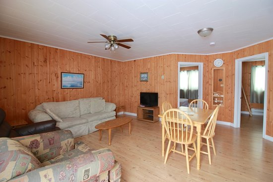Norris Point, Канада: Living room, one bedroom cottage
