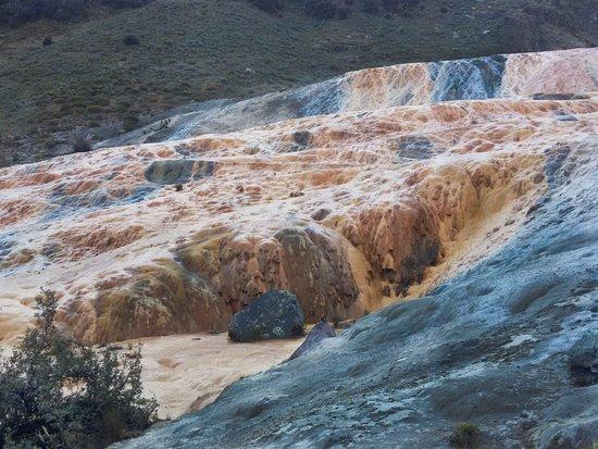 Chiquián, Perú: es una formación de ácido calcario que te da la impresión de estar en un gran volcán de colores.