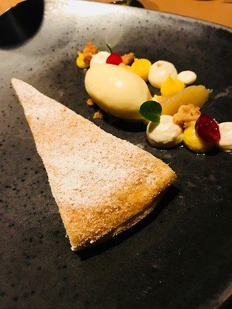 Restaurant Esszimmer: gedeckter Apfelkuchen mit Vanilleeis