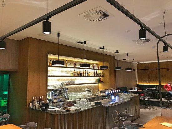 Potrefena husa Platnéřská: Dominantou restaurace je nádherný stylový výčep ...