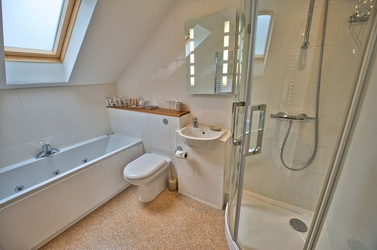 Bucknell, UK: Room 5 En-Suite with Whirpool Bath and Separate Shower
