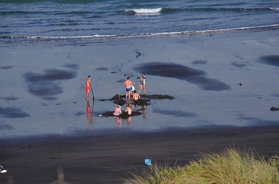 Kawhia, Neuseeland: Digging their own Hot Tubs...
