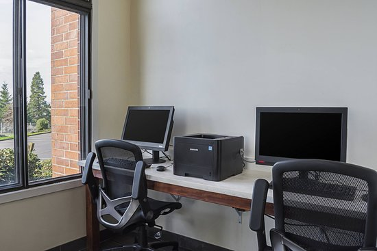 Clarion Inn & Suites: Business center