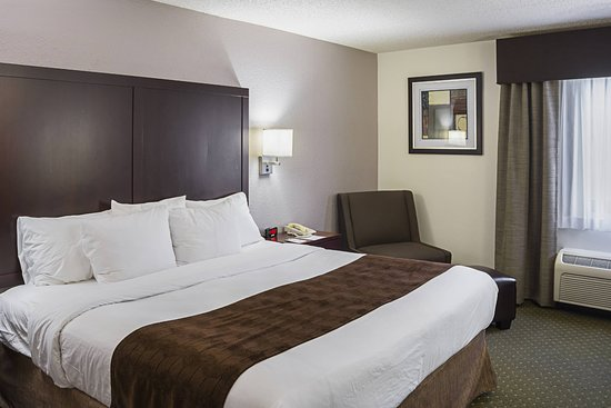 Clarion Inn & Suites: King bedroon1