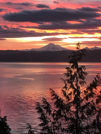 Lummi Island, WA: Several of our vacation rentals have this sunrise view.