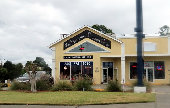 Panama Pizzeria & Italian Bistro: front of & entrance to Panama Pizzeria