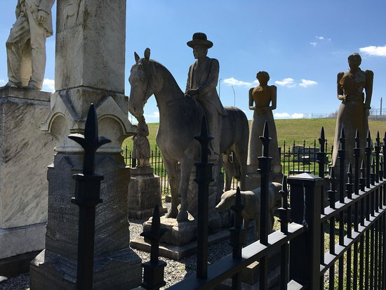 Mayfield, KY: Wooldridge Monuments