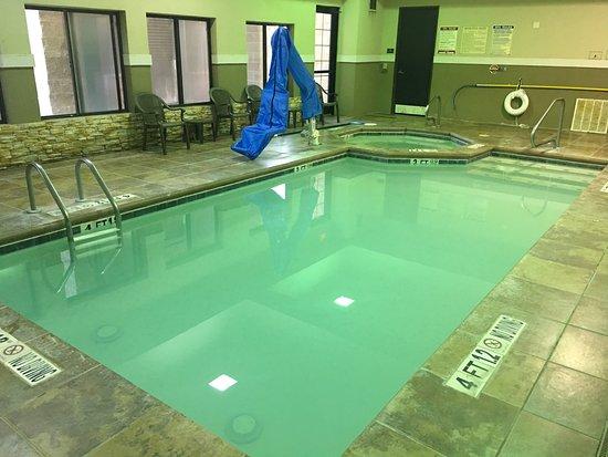 سلييب إن آند سويتس أماريلو: One Family fills up the small pool.