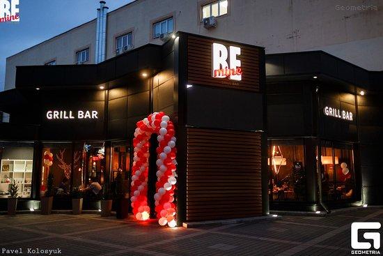 BEmine Grill Bar: Мы находимся в самом центре города! Справа от Цирка