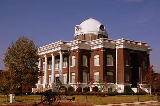 Dyersburg, TN: Dyer County Courthouse in Fall