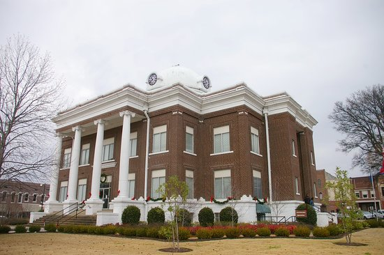 Dyersburg, TN: Dyer County Courthouse in Spring
