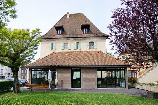 Mens, Frankreich: Au premier plan, la salle de restaurant, à l'arrière, l'hôtel