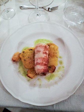 Castello delle Forme, Italia: Filetti di cernia porchettato con patate sabbiate