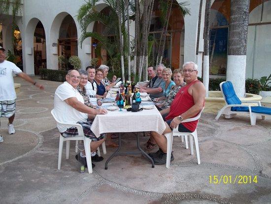 Ixtapa Palace Resort & Spa: Souper entre amis sur le bord de la piscine