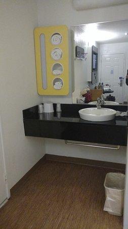 Motel 6 Galveston: vanity