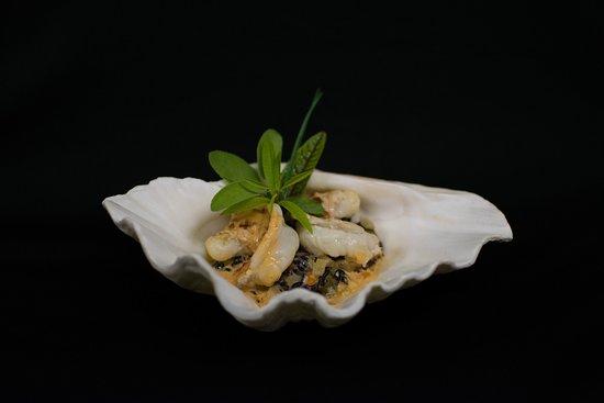 Saint-Aubin-De-Medoc, Francia: chair de homard poêlée à cru, riz vénéré aux petits légumes