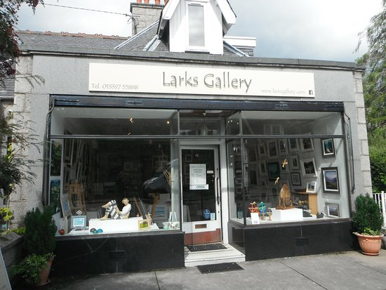 Ballater, UK: Larks Gallery is a friendly, contemporary gallery stocking original art and artisan craft.
