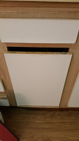 InTown Suites Austin: Rough cabinet door, part of it was missing