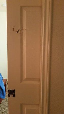 InTown Suites Austin: Damaged door