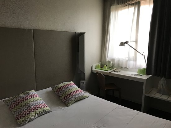 Campanile Lyon Centre - Gare Part Dieu : Habitación, super estrecha,