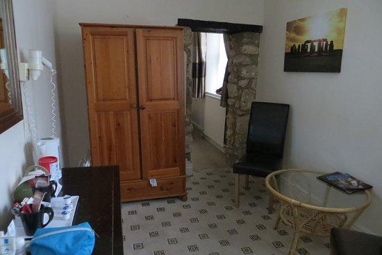 โรงแรมเวนท์เวิร์ธ เฮาส์: Sitting room looking toward bedroom