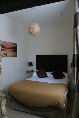 โรงแรมเวนท์เวิร์ธ เฮาส์: Bedroom, TV is on wall facing bed