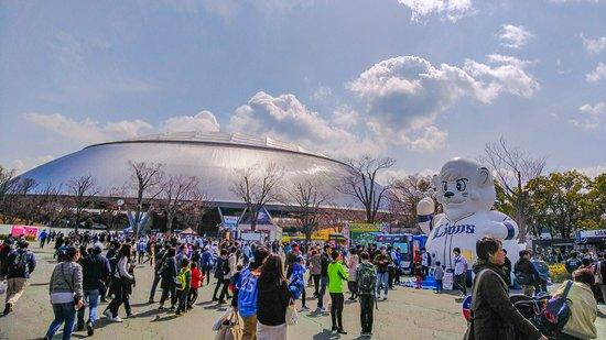 Seibu Prince Dome: メットライフドーム:駅前(試合前)