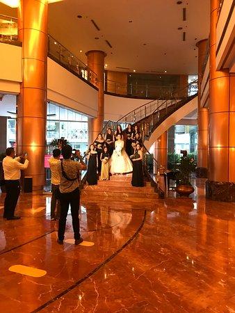 Eastwood Richmonde Hotel: Lobby, they host lots of weekend weddings