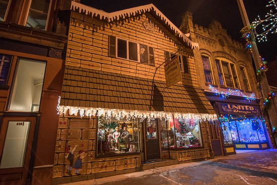 Ashland, Висконсин: a new look for Gabriele's , The Gingerbread House, including the witch and Haensel and Gretel !