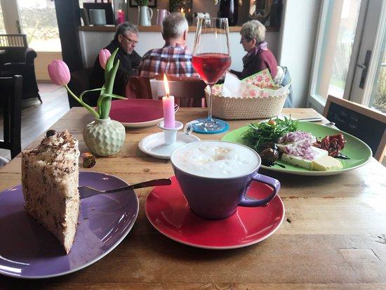 Sylt-Ost, Tyskland: Cappuccino-Torte, Milchkaffee, Rosewein und eingelegten Schafskäse