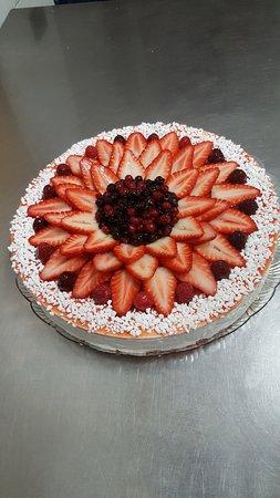 Torta Di Mousse Di Yogurt Con Pesche Kiwi Fragole E Frutti Di Bosco