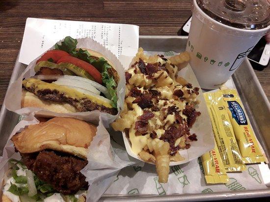 Planet Hollywood : hamburguesa con patatas
