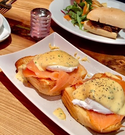 279 Cafe Bistro: Eggs Royale