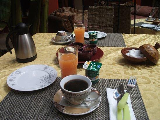 Le Dromadaire Bleu : Petit déjeuner (copieux : café ou thé, crêpe, pain, confitures, beurre, jus de fruits frais, yao